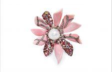 Spilla con perla conch del Mari del Sud, diamanti e zaffiri