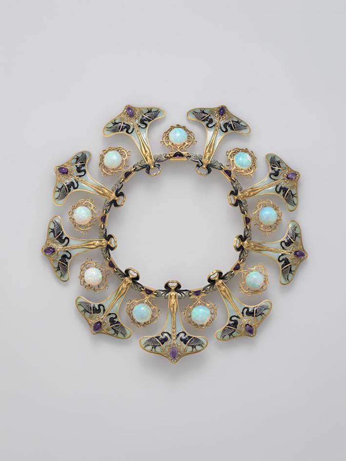 René-Jules Lalique (1860-1945). Collana , ca. 1897-1899. Oro, smalto, opali, ametiste, diam. 9 1/2 poll. (24,1 cm). Metropolitan Museum of Art, New York, dono di Lillian Nassau, 1985