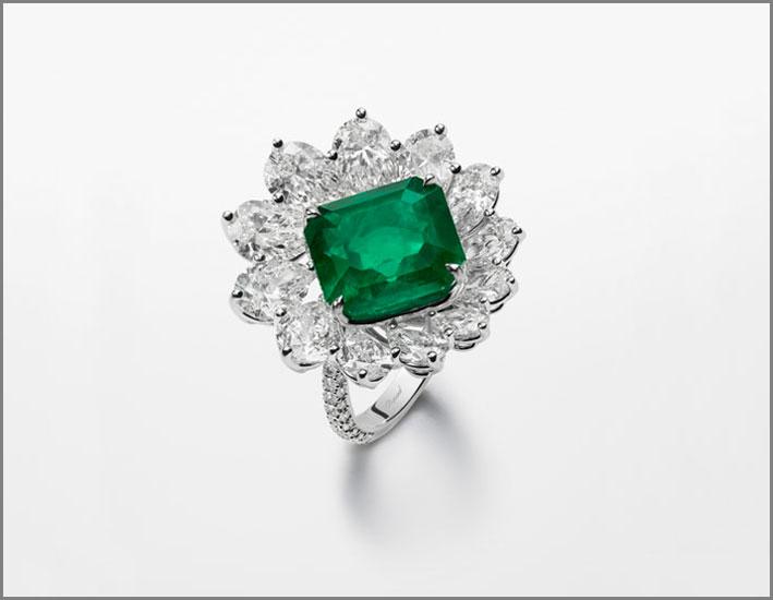 Anello con smeraldo taglio ottogonale e diamanti