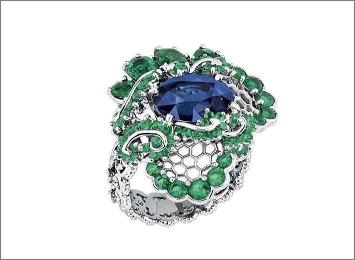 Dior, anello con zaffiro e smeraldi