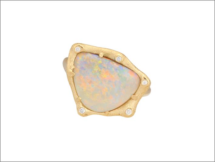 Anello in oro rosa con opale