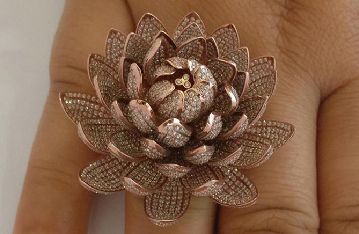 L'anello record con 6690 diamanti