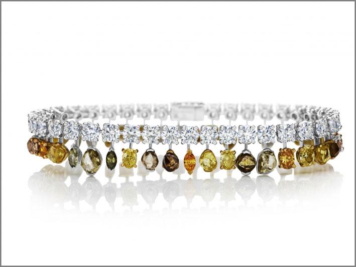 Bracciale della linea Vulcan, con diamanti bianchi e fancy