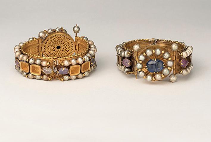 Braccialetti, circa 500-700. Bisanzio. oro, argento, perle, ametista, zaffiro, vetro, quarzo. Metropolitan Museum of Art, New York, Dono di John Pierpont Morgan, 1917