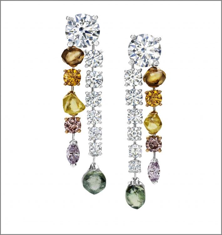 Orecchini della linea Vulcan, con diamanti bianchi e fancy
