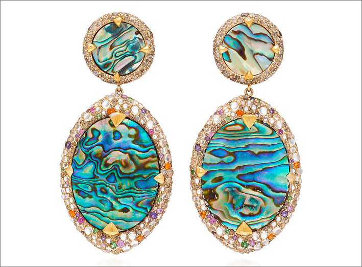 Orecchini in oro giallo, argento, abalone, diamanti, zaffiri blu, rubini, pietra luna