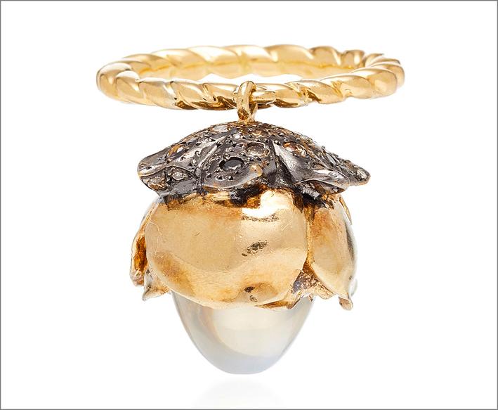 Anello con ciondolo in oro giallo, argento, diamanti, perla