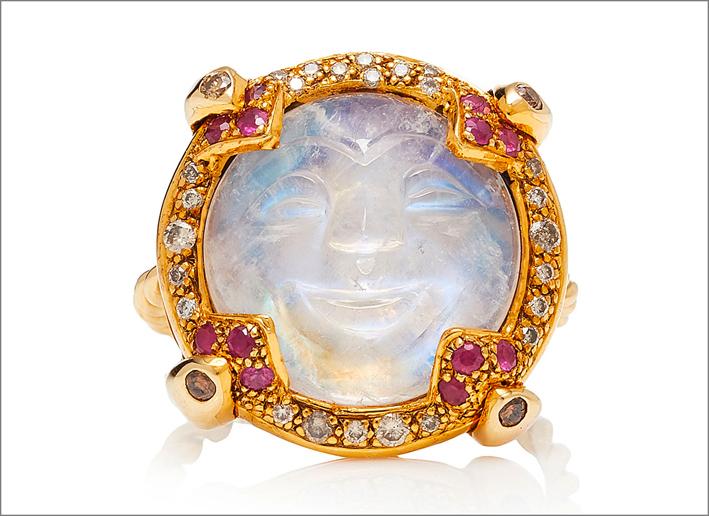 Anello in oro giallo, argento, diamanti, rubini, pietra luna intagliata