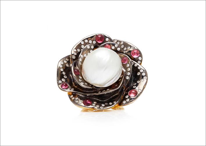 Anello in oro, argento, diamanti, perla coltivata, hessonite, granato, tormalina