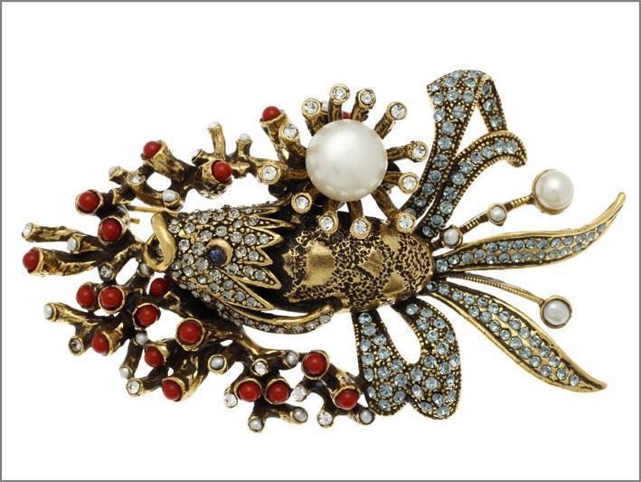 Spilla in ottone dorato con pesce con occhi di zaffiri, squame Swarovski, piante marine in corallo, perle e microperle