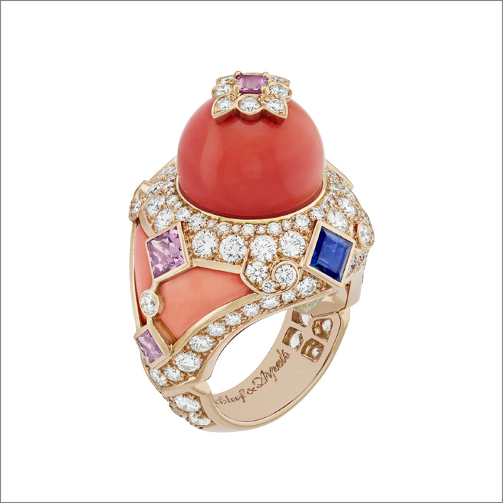 Anello Serapi. Rubini, zaffiri rosa e blu, corallo, diamanti