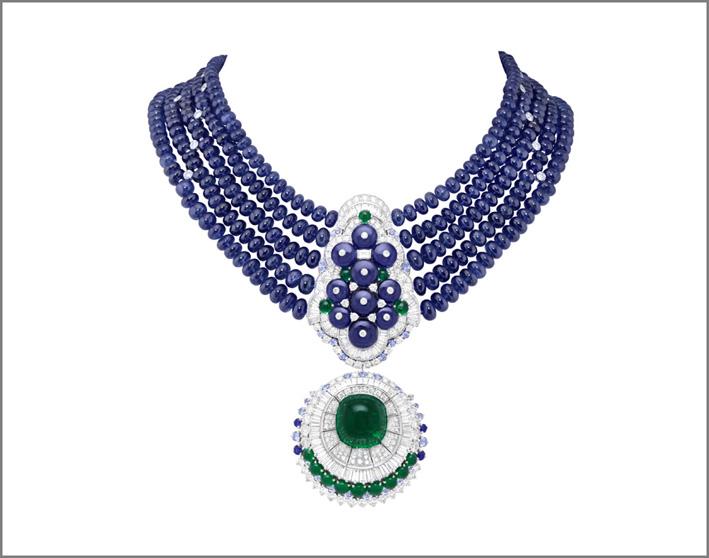 Collana Sous la lune. Cabochon di smeraldo di 29,44 carati (Colombia), 464 sfere di zaffiro per un totale di 647,02 carati (Birmania), zaffiri, smeraldi, diamanti. Collana con clip amovibile