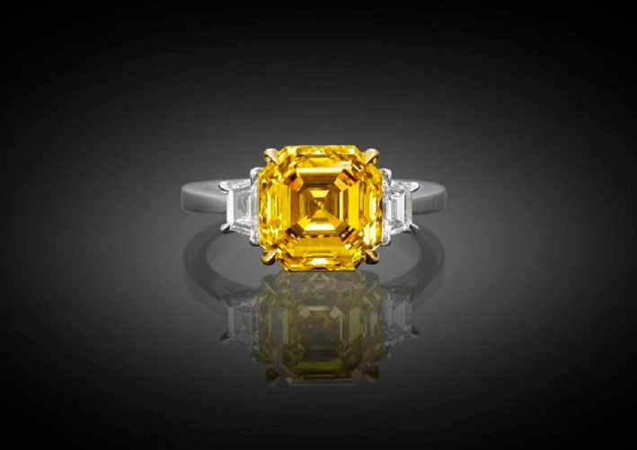 Anello con diamante fancy vivid yellow naturale