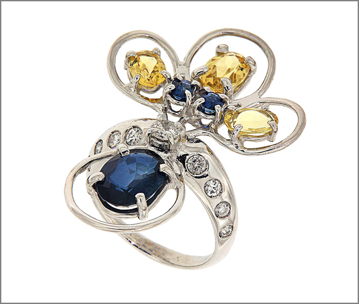 Anello con berilli gialli, zaffiri blu, diamanti