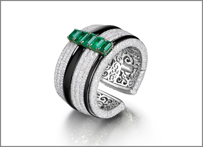 Anello di de Grisogono, Chiaroscuro. Smeraldi baguette su un pavé di diamanti e onice