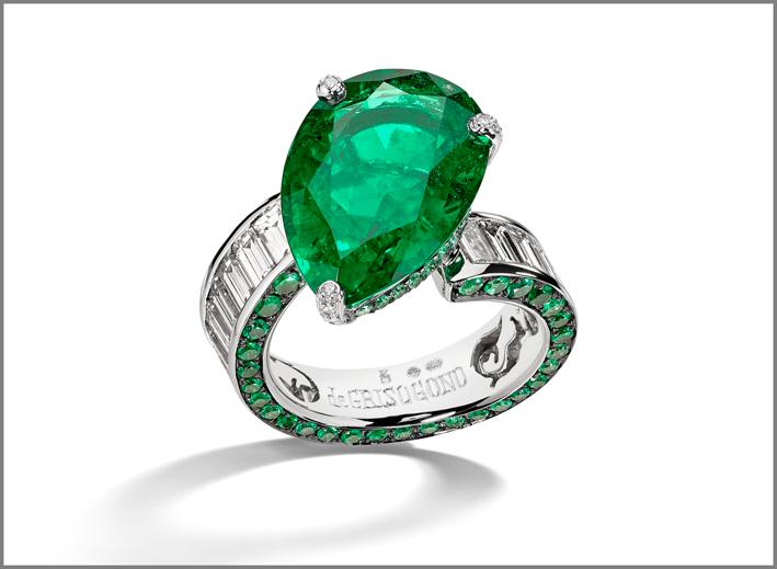 Anello con smeraldo taglio a pera, baguette di diamanti sul gambo e smeraldi sul bordo
