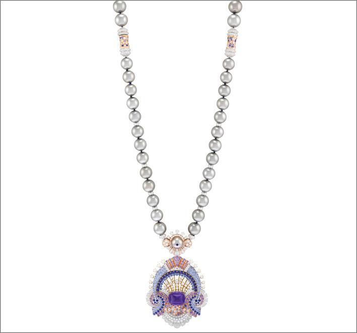 Sautoir Clair de lune Zaffiro viola taglio pan di zucchero di 29,63 carati (Sri Lanka), zaffiri blu e viola, perle di coltura grigie, diamanti. Sautoir trasformabile con clip amovibile