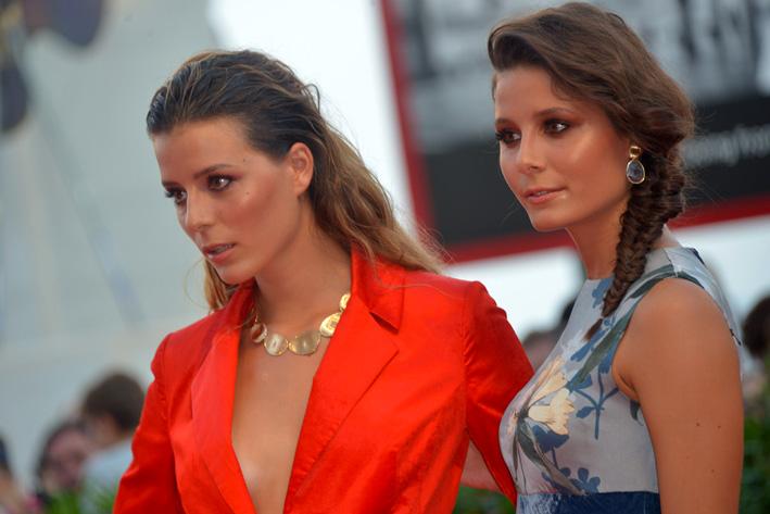 Le gemelle Giorgia e Greta Berti con collana e orecchini di Marco Bicego