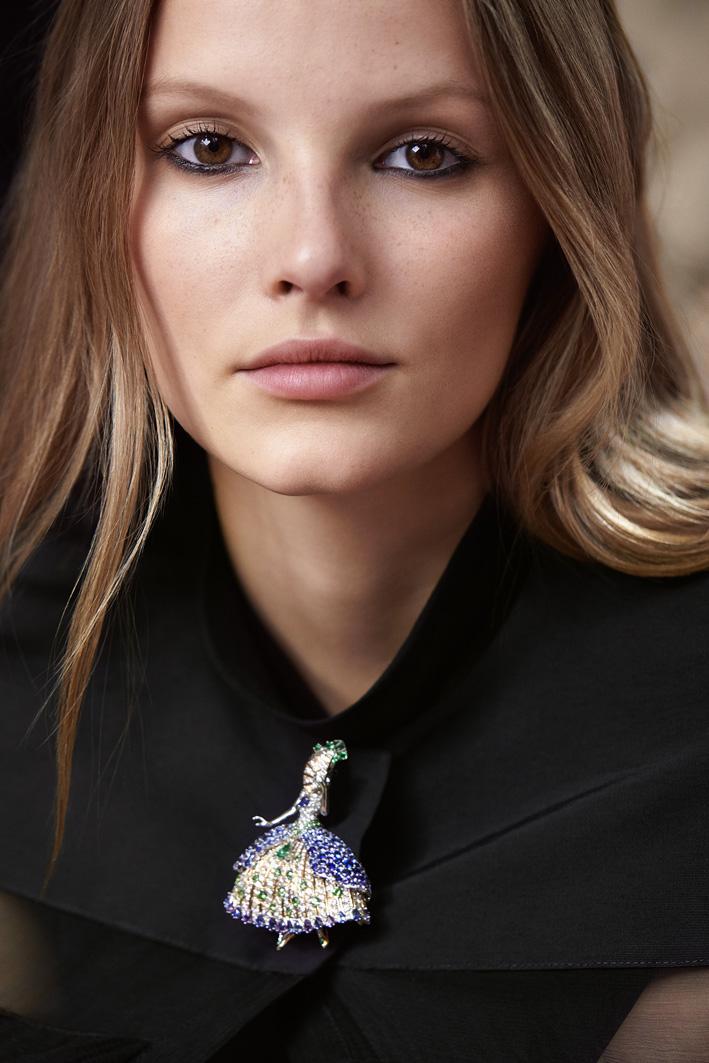 Principessa Héméra, con abito d'oro lucido, zaffiri blu e viola su un plissettato di diamanti e smeraldi,