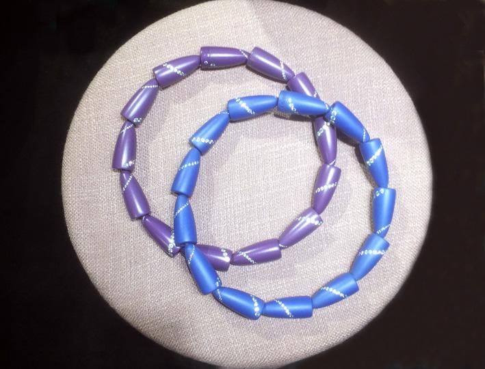 Vhernier, collane Calla in alluminio, ricoperte di un sottile strato di polvere ceramica, con piccoli diamanti