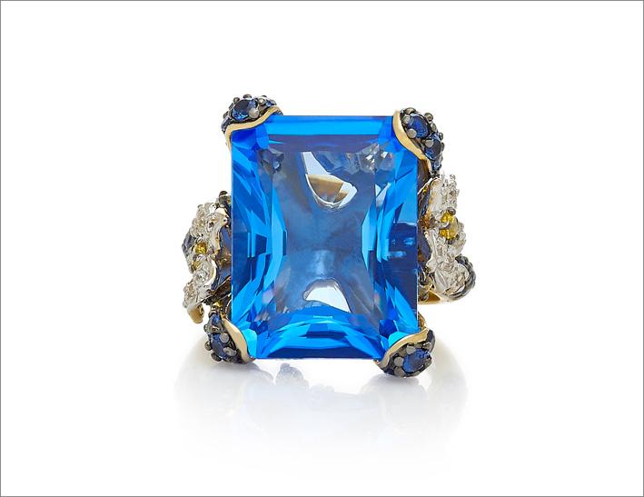 Anello con zaffiro sintetico e diamanti, oro bianco e annerito