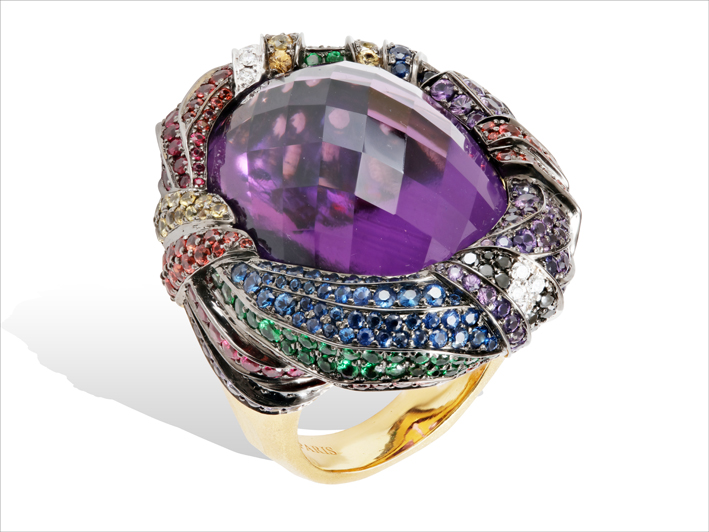 Ring 18 k gold 31.32 grs, 26 diamonds 0.38 cts, 25 brown diamonds 0.39 ct, 32 rubys 0.73 ct, 310 sapphires 7.34 ct, 39 tsavorites 0.17 gr, 1 amethyst 12.10 grs