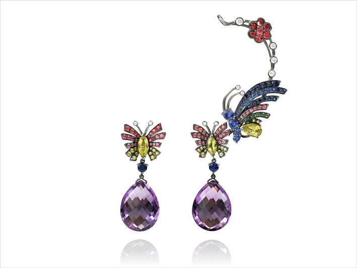 Earrings, 19 k gold 15.24 grs, 10 white diamonds 0.44 ct, 46 saphirs / blue & orange sapphires 2.8 cts, 2 amethystes 6.89 grs, 17 turmalin 0.8 gr, 57 spinelles 1.13 gr, 6 tsavorites 0.02 gr