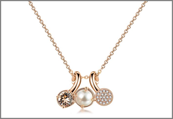 Collana con galvanica oro rosa e cristalli Swarovski silk perla cream, e pavé di zirconi bianchi