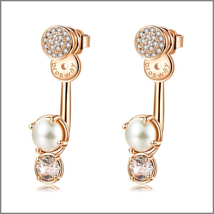 Orecchini con galvanica oro rosa e cristalli Swarovski silk perla cream, e pavé di zirconi bianchi