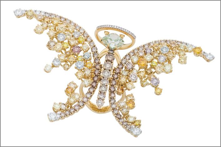 Farfalla con un diamante cushion fancy intense yellowish green da 3,15 carati è abbinato a diamanti bianchi e gialli