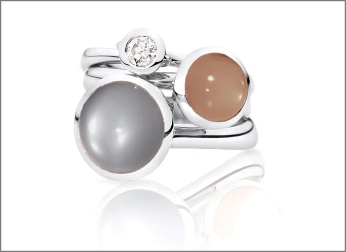 Anelli della collezione Bouton in oro bianco e pietra luna