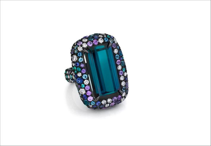 Anello con indicolite, tormalina e zaffiri viola, diamanti, tormalina paraiba