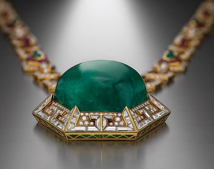 Sotuar Bulgari in oro, grande smeraldo, rubini, diamanti, 1970. Collezione Heritage Bulgari