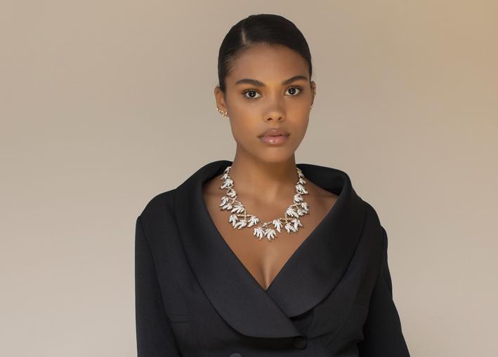 Tina Kunakey, con il collier in oro giallo e platino con diamanti taglio round e taglio baguette da 37 carati, originariamente realizzato da Jean Schlumberger per Tiffany & Co. nel 1956 e ricreato nel 1986 in occasione del 30° anniversario di Jean Schlumberger da Tiffany & Co.