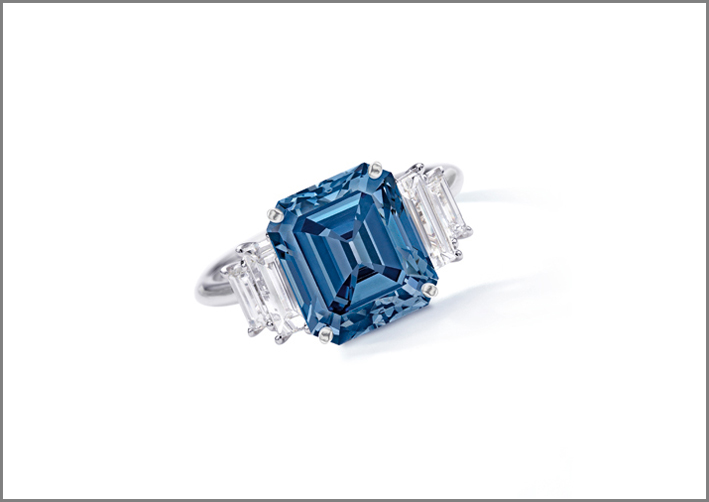 Anello con diamante fancy vivid blu di 5 carati