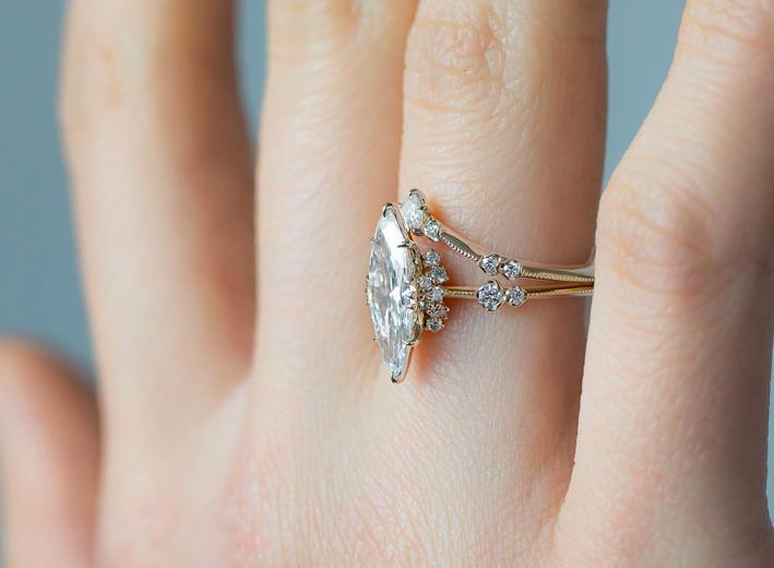 Anello con diamante a taglio marquise