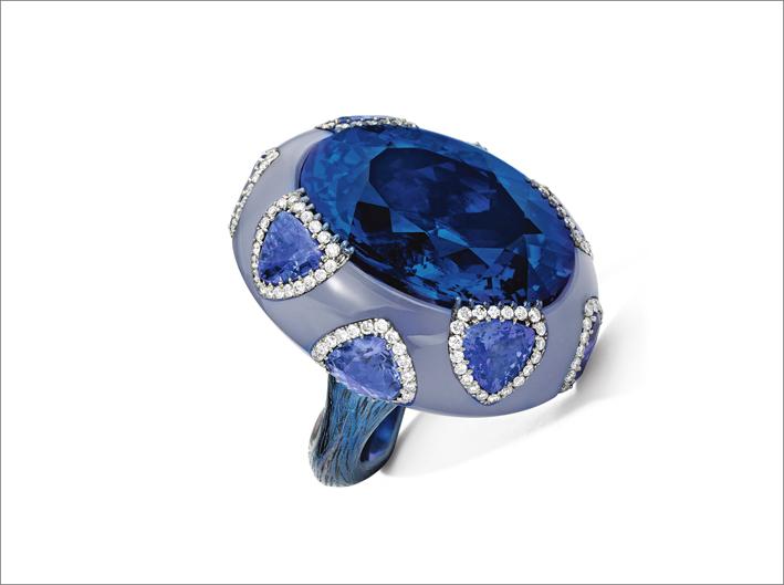 Anello con tanzanite di 35,42 carati, calcedonio e diamanti montati su titanio di Wallace Chan