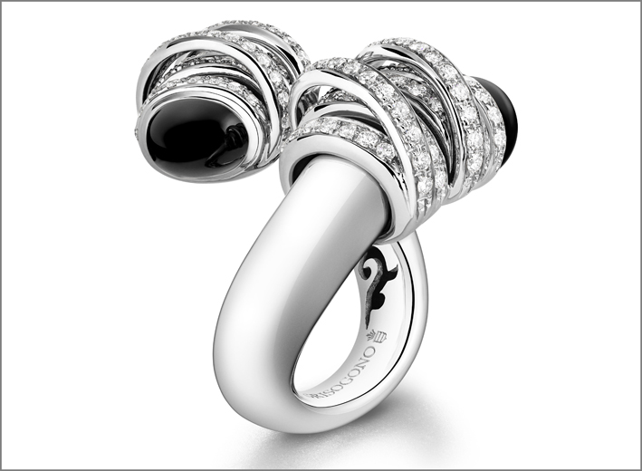 Anello in oro bianco, diamanti e onice. L'oro è sottoposto a un bagno di palladio per renderlo più brillante