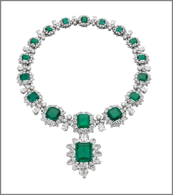 La collana indossata da Elizabeth Taylor, ora esposta alla retrospettiva Bulgari a Mosca, presenta 16 smeraldi colombiani ottagonali a gradini, ciascuno circondato da diamanti, con un pendente con smeraldo 23,44 carati che era stato una spilla