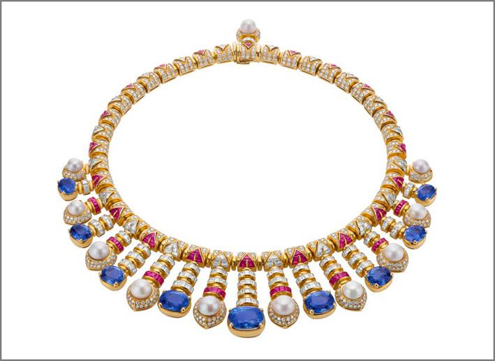 Collana in oro con perle, diamanti, zaffiri, rubini
