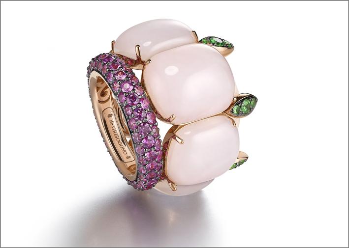 Anello con opali rosa, smeraldi e zaffiri