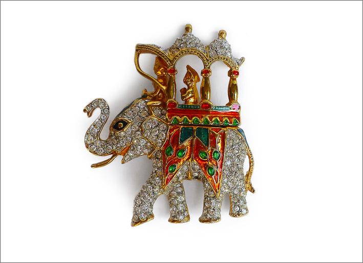 Spilla Elefante con portantina. Smalti policromi e strass su peltro americano