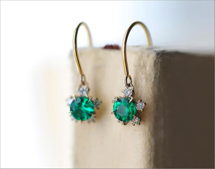Orecchini in oro rosa con diamanti e smeraldi