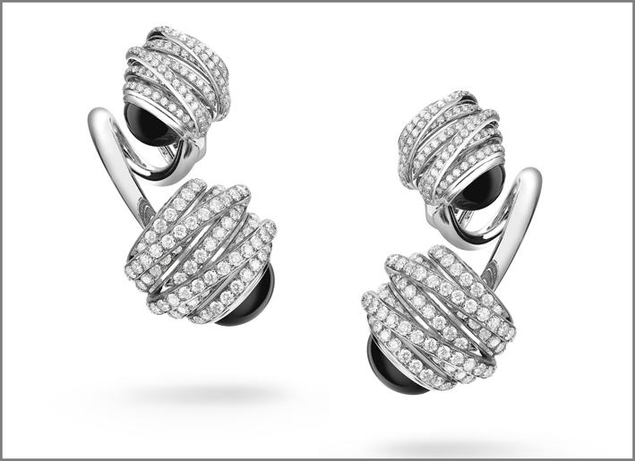 Orecchini in oro bianco, diamanti e onice della collezione Allegra Toi & Moi di de Grisogono