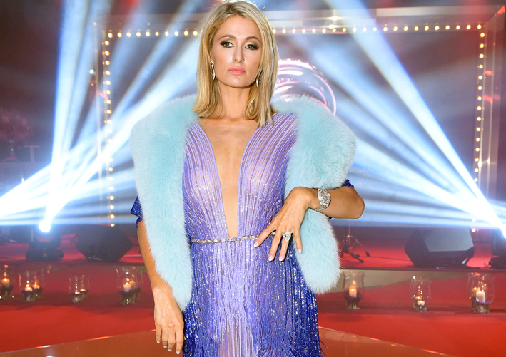 Paris Hilton sfida le convenzioni indossando un orologio di de Grisogono in oro bianco e diamanti assieme all'abito da sera