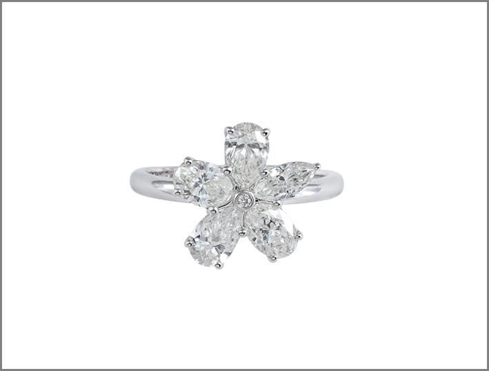 Anello con diamanti a aglio ovale, navette, pera