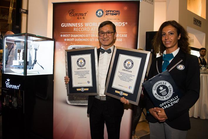 Aarin Shum riceve i due certificati del Guinness World Records
