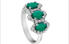 Anello trilogy in oro bianco, smeraldi e diamanti