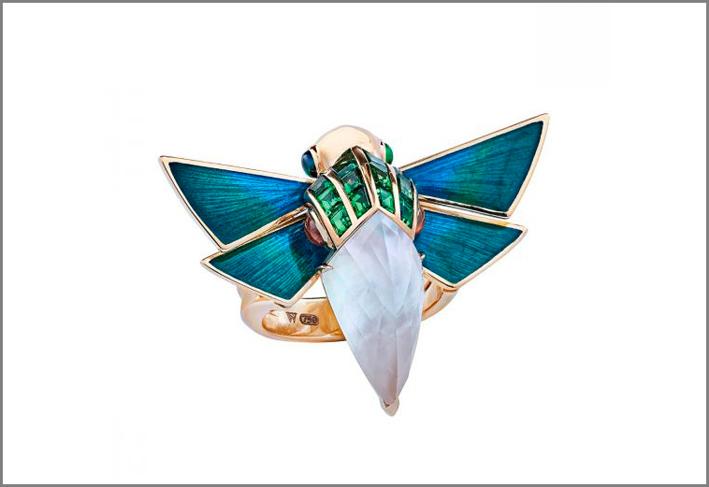 Stephen Webster, anello Cuckoo, set in oro giallo 18 carati, madreperla bianca e quarzo, granato, tsavorite, spessartite