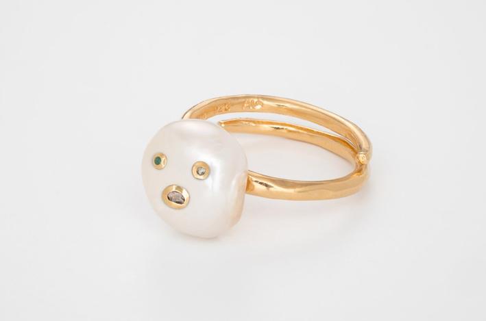 Anello in argento placcato oro con perla barocca, diamanti e smeraldo